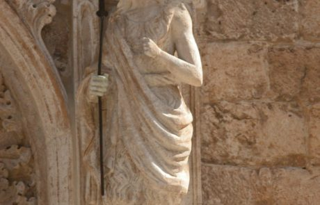 Dettaglio del portale dopo il restauro