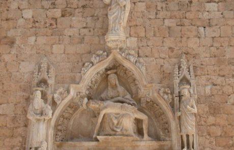 Timpano del portale dopo il restauro
