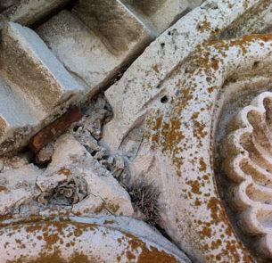 Dettaglio del fregio del timpano prima