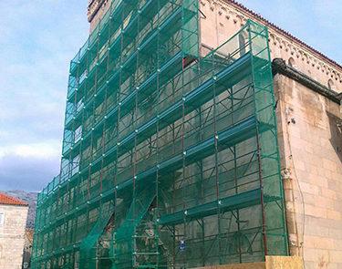La facciata della cattedrale con l'impalcatura per il restauro