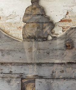 Una delle panche prima del restauro con alcune prove di pulitura