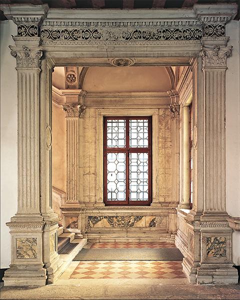 Portale d'ingresso allo scalone monumentale