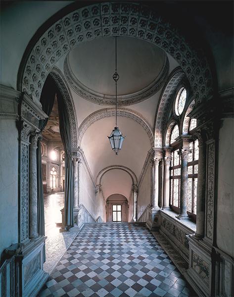 scalone monumentale, particolare dell'ingresso al salone, primo piano
