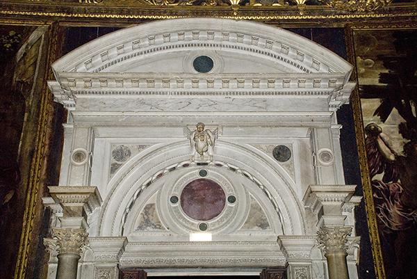 Particolare del portale d'ingresso