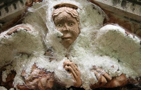 Particolare del timpano del portale durante restauro