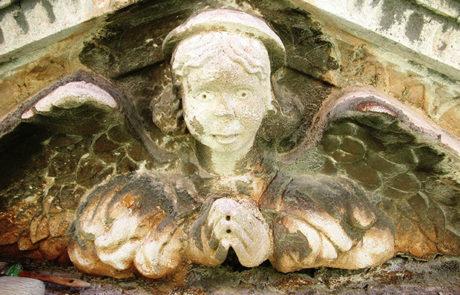 Particolare del timpano del portale prima del restauro