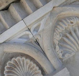 Dettaglio del fregio del timpano dopo restauro