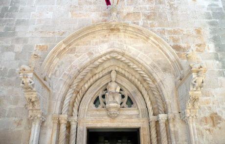 La lunetta totale del portale dopo restauro