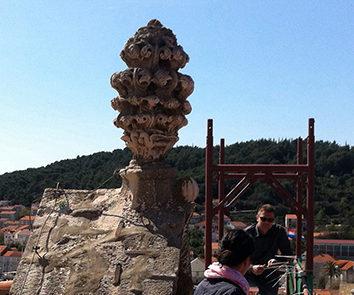 La pigna del timpano prima del restauro