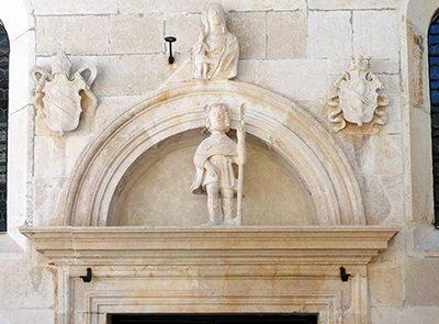 Timpano del portale della cappella di San Rocco dopo restauro